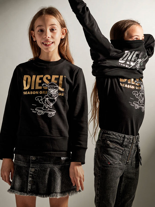 https://pt.diesel.com/dw/image/v2/BBLG_PRD/on/demandware.static/-/Library-Sites-DieselMFSharedLibrary/default/dw5dcb846d/CATEGORYOV/2x2-kid-xmas-6.jpg?sw=622&sh=829