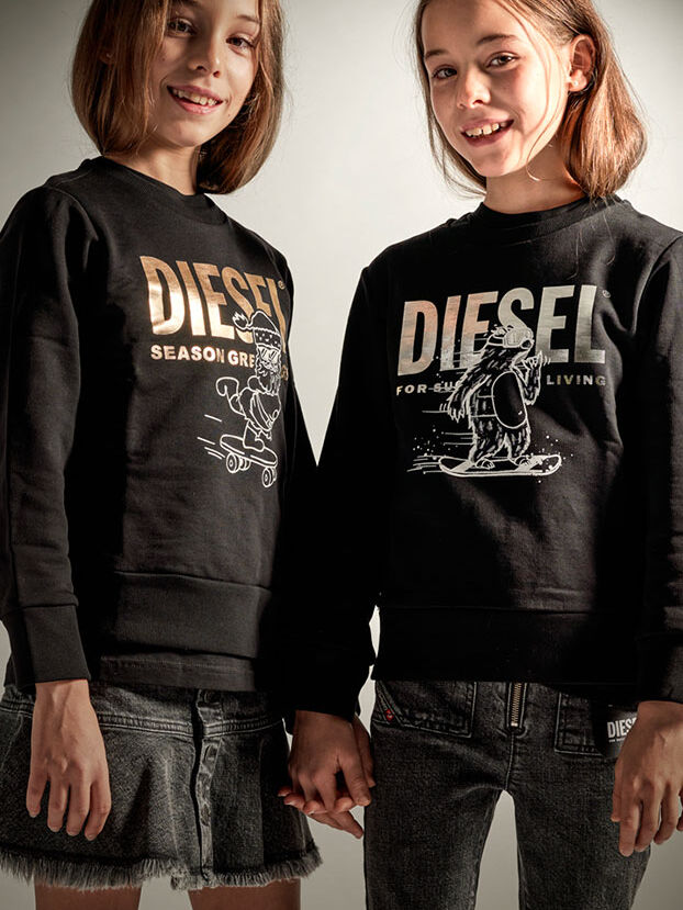 https://pt.diesel.com/dw/image/v2/BBLG_PRD/on/demandware.static/-/Library-Sites-DieselMFSharedLibrary/default/dw7656eb0a/CATEGORYOV/2x2-kid-xmas-7.jpg?sw=622&sh=829