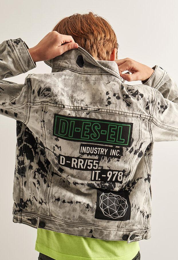 https://pt.diesel.com/dw/image/v2/BBLG_PRD/on/demandware.static/-/Library-Sites-DieselMFSharedLibrary/default/dw9fd09078/CATEGORYOV/2x2_90.jpg?sw=622&sh=907